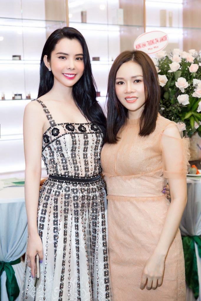 CEO Sarah tú chụp ảnh cùng Á hậu Huỳnh Vy