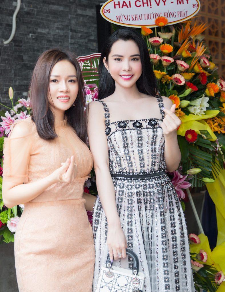 CEO Sarah tú chụp ảnh cùng Á hậu Huỳnh Vy 2