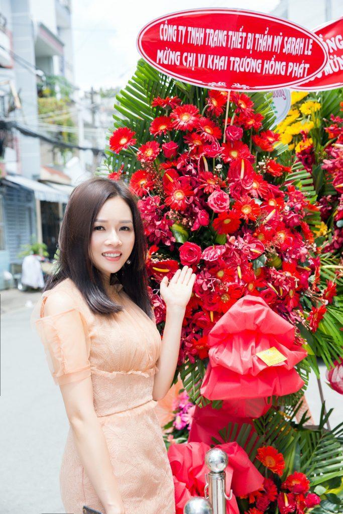 CEO Sarah tú gửi tặng lẵng hoa tươi thắm mừng khai trương